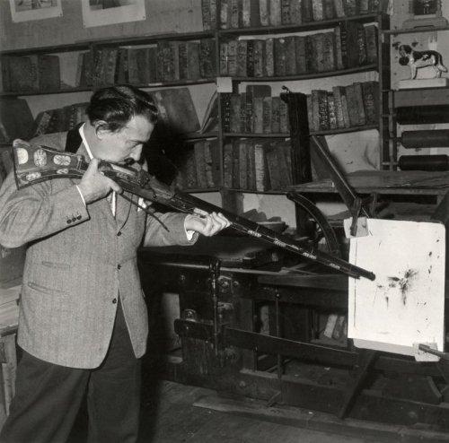 Dalí y su fusil