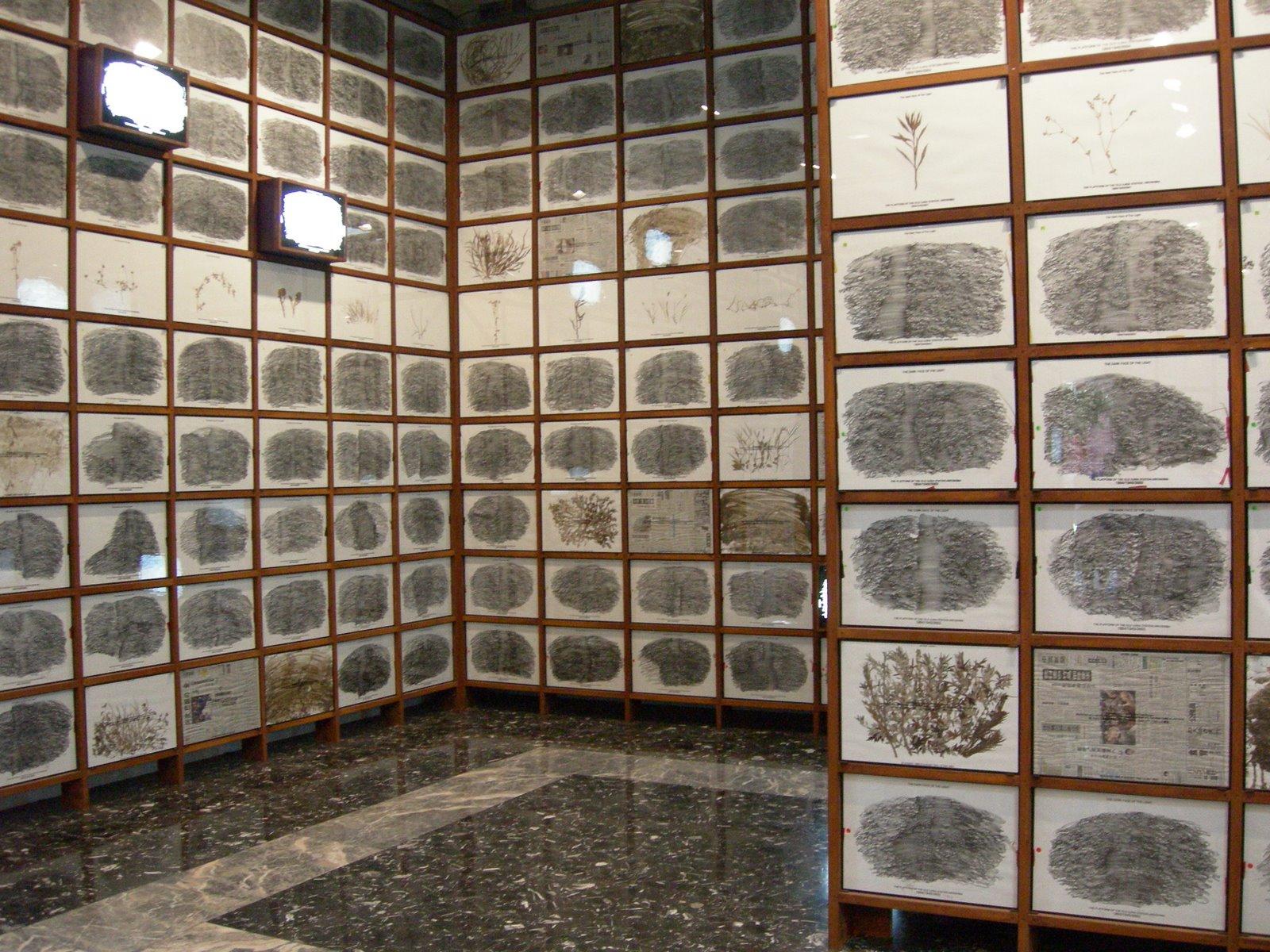 Masao Okabe, frottages realizados sobre piedra. En el pabellón japonés de la Bienal de Venezia de 2007 este artista expuso cientos de calcos de los adoquines de la estación de tren de Ujina y el puerto de Hiroshima antes de ser desmantelados. Las piedras se vieron afectadas por la explosión de la bomba atómica en 1945